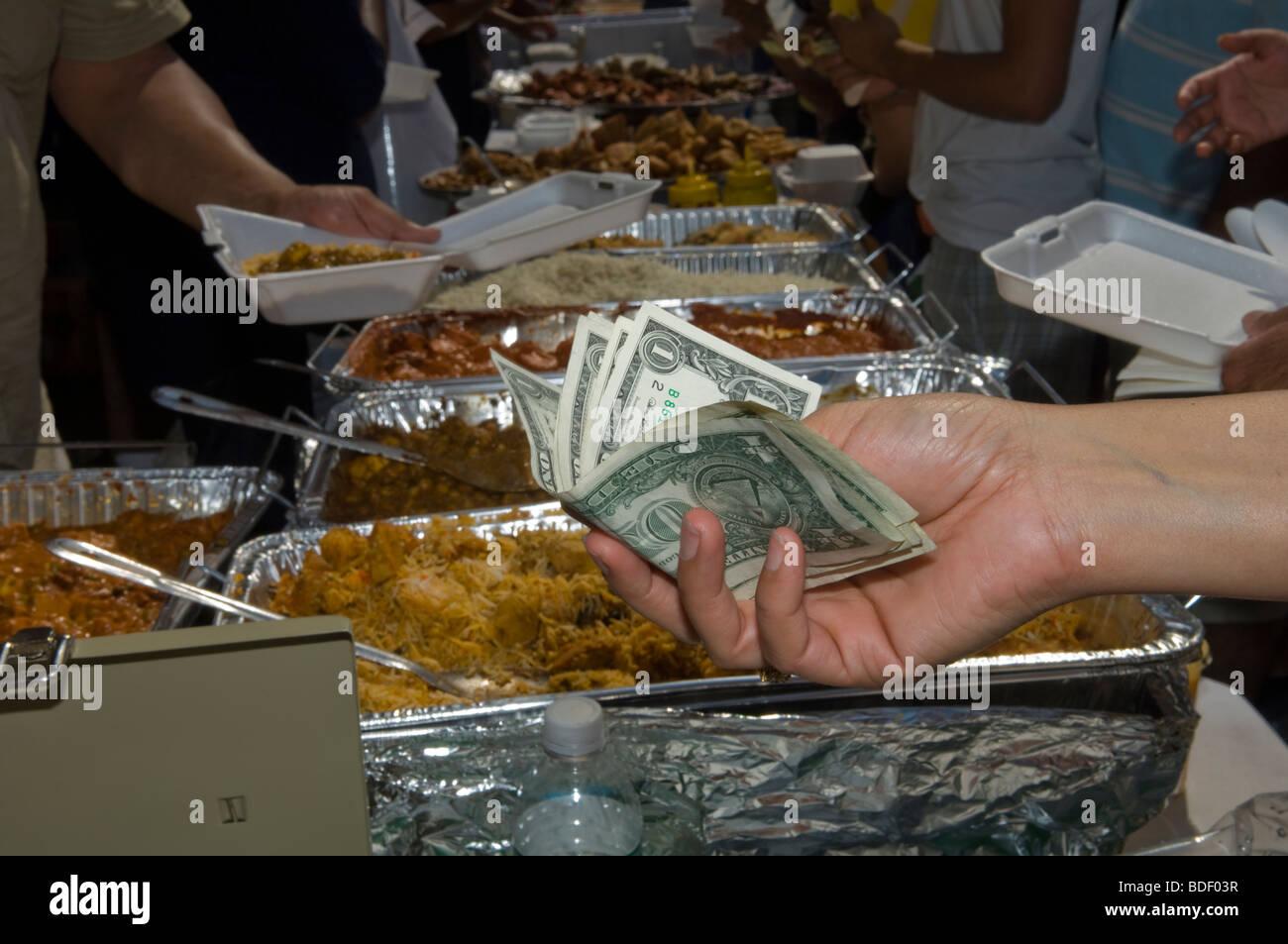 Ein Kunde zahlt für die traditionelle indische Küche auf dem ...