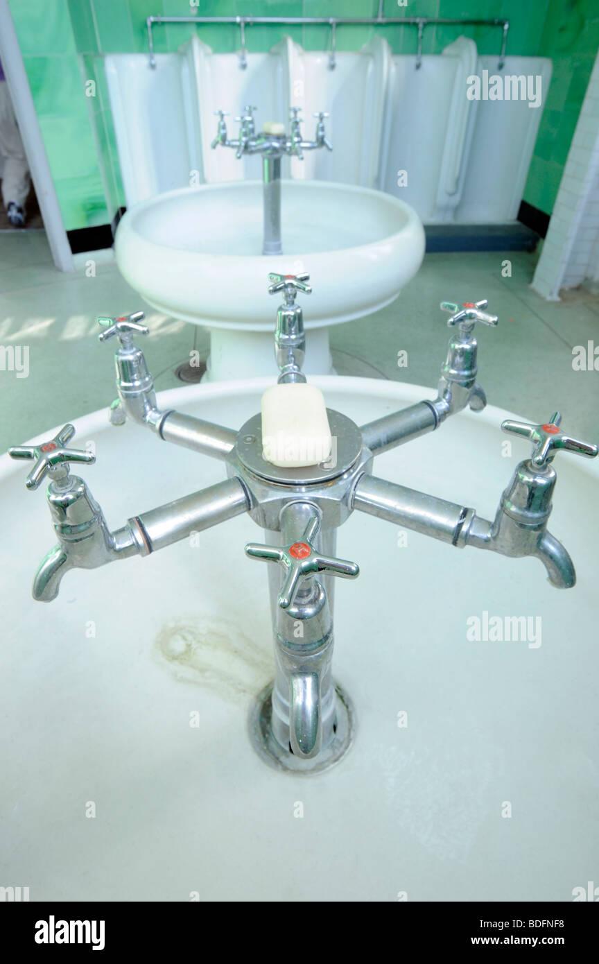 Art-Deco-Armaturen in der Toilette der Hoover Building. Perivale ...