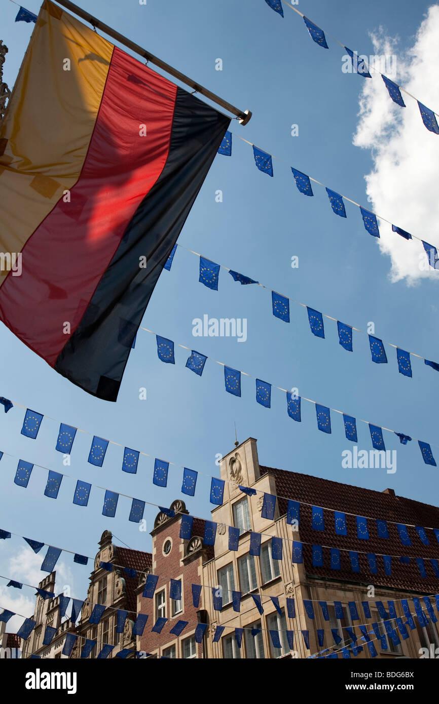 Deutsche Nationalflagge und Fähnchen, beherbergt Europa-Tag in Münster, Satteldach auf dem Prinzipalmarkt Stockbild
