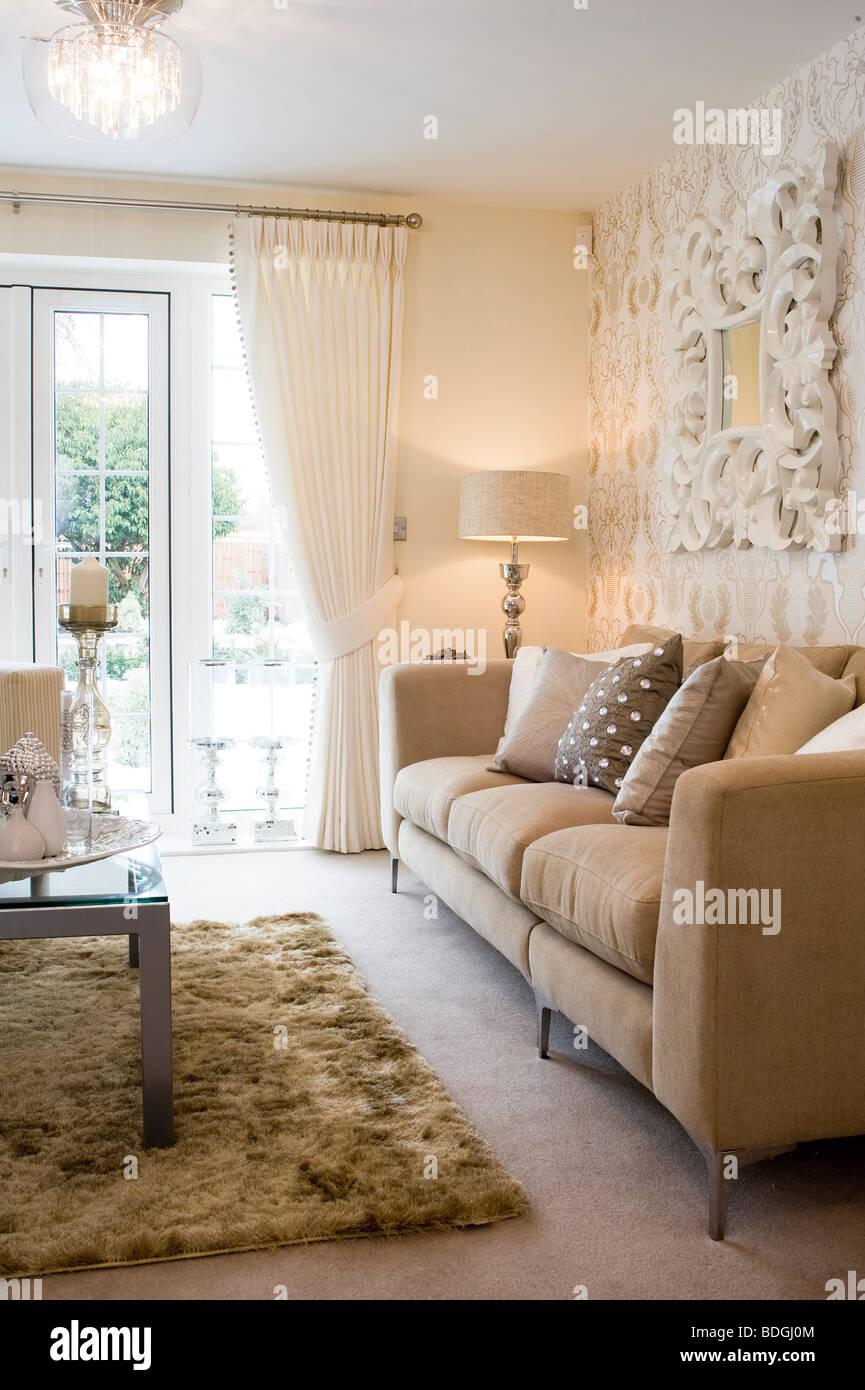 Sofa Neben Französisch Türen Im Wohnzimmer Einer Schön Dekorierten Show  Nach Hause