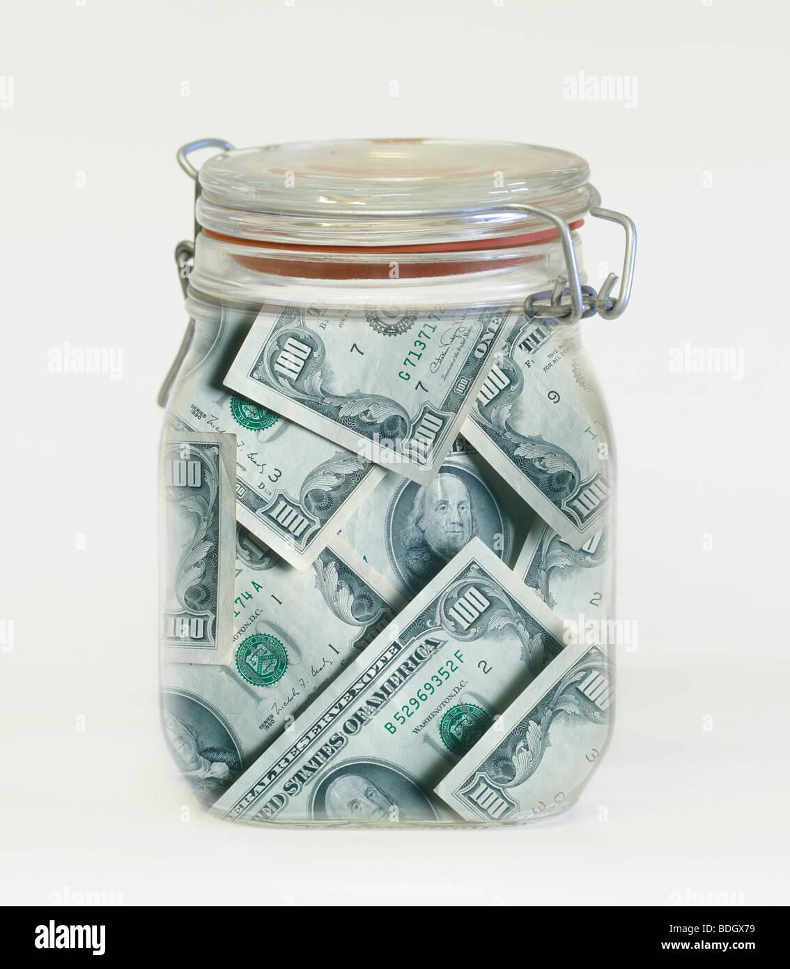 Glas gefüllt mit $100 Rechnungen Stockbild