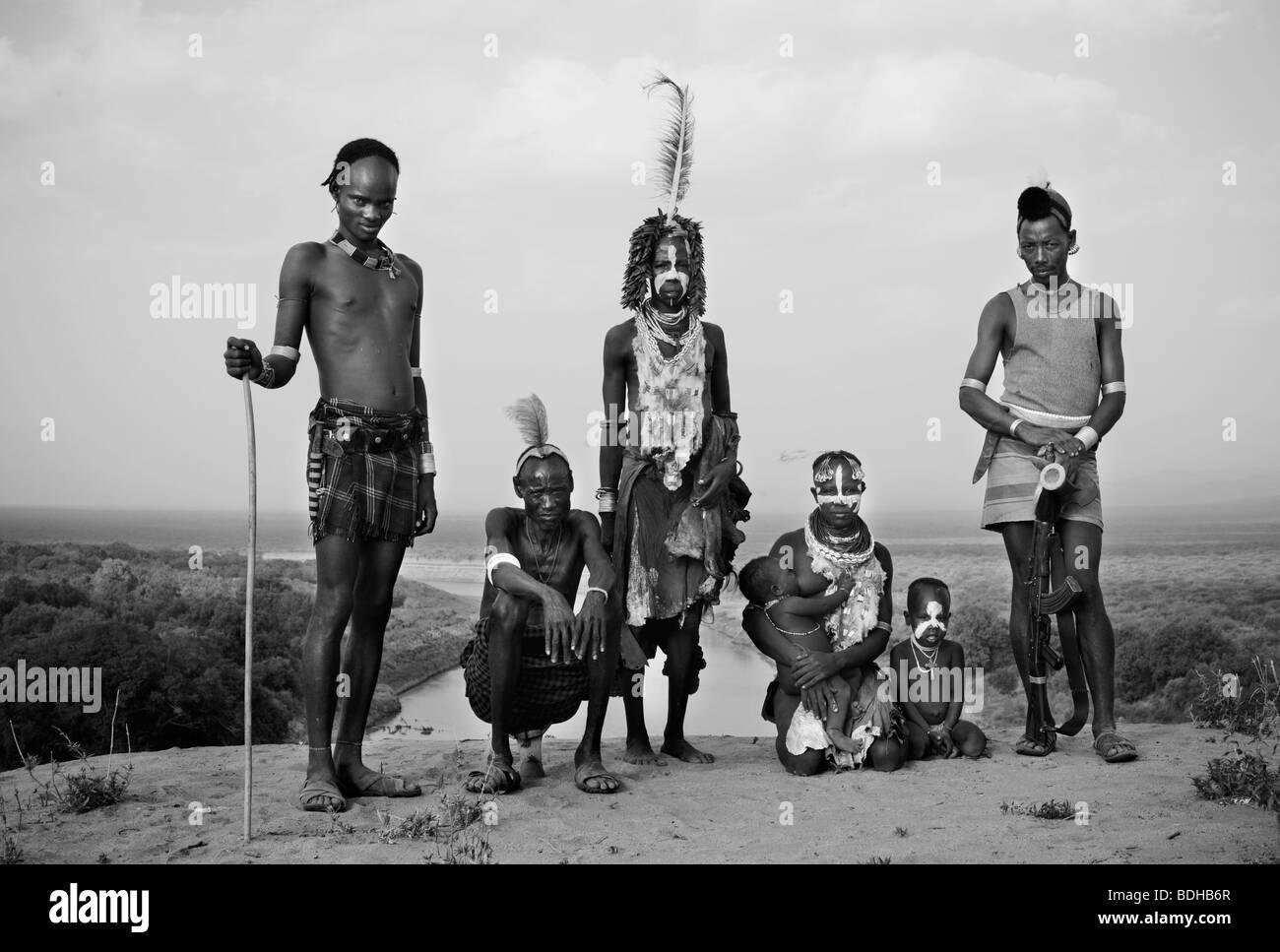 Eine Gruppe von Menschen-Männer, Frauen und Kinder in traditioneller Kleidung gekleidet und geschmückt in traditioneller Stockfoto