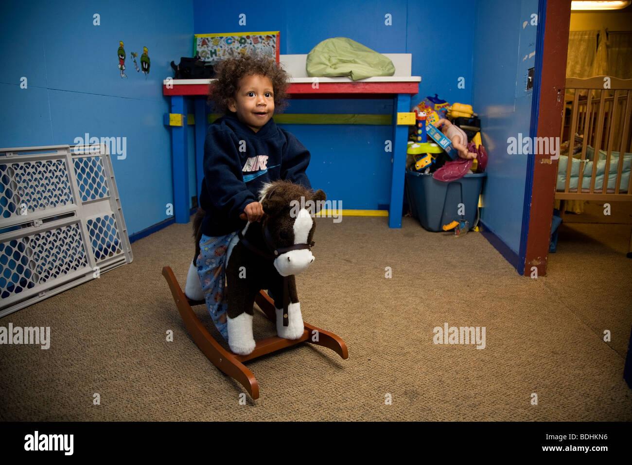 Selena Pina, Heimatlose Mutter von vier, bekommt ihre Kinder für die Schule in der Familie versprechen Mitte in Stockfoto