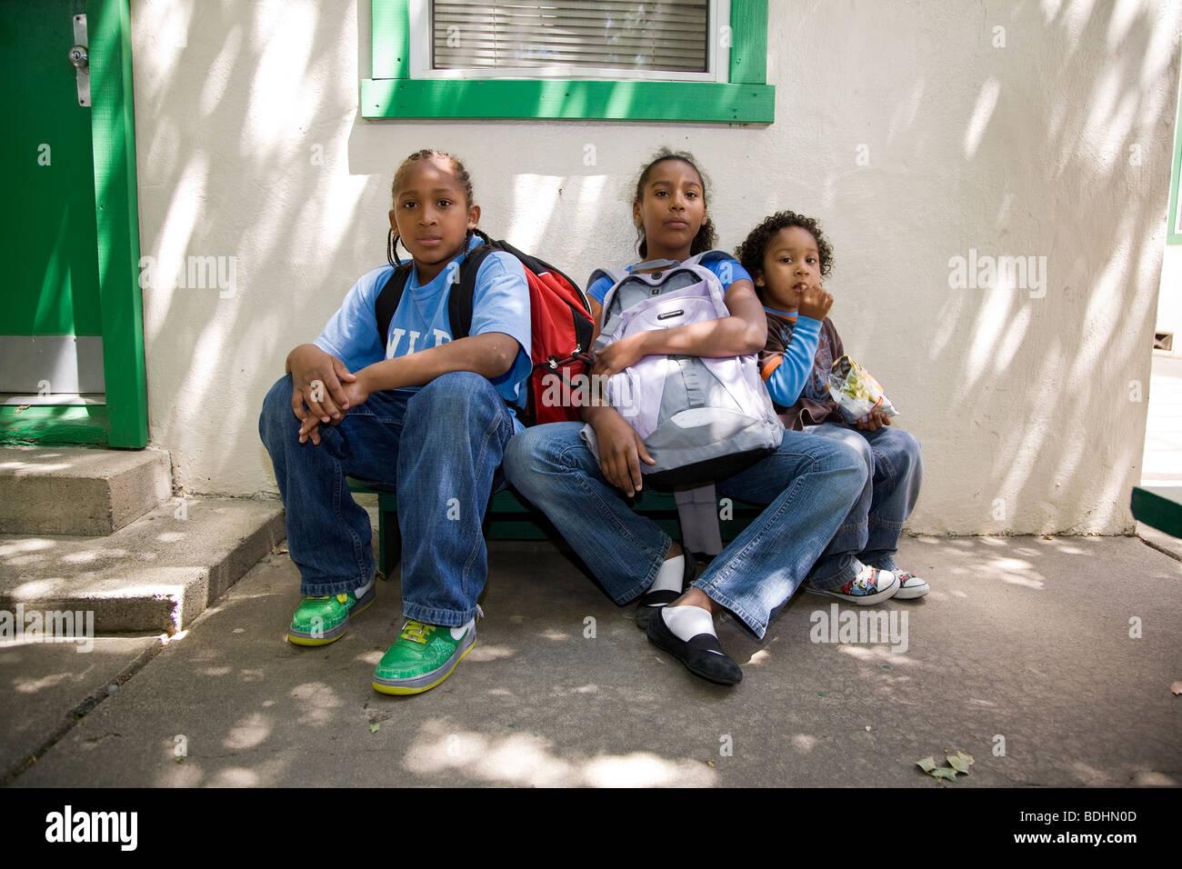 Selena Pina, Heimatlose Mutter von vier, mit ihren Kindern an der Senf Samen School Brote und Fische in Sacramento, Stockfoto