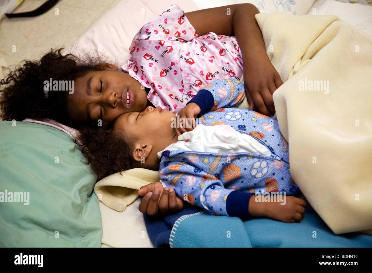 Selena Pina, Heimatlose Mutter von vier, beginnt ihr Tag um 06:00 durch Zureden ihrer Kinder um aufzustehen und Stockfoto