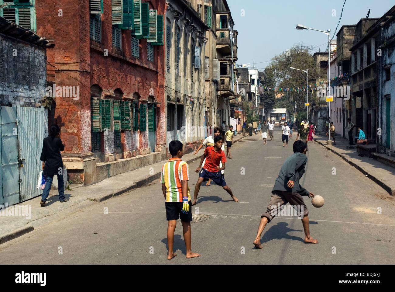 Jungs spielen Fußball in einer Straße von Jorasanko