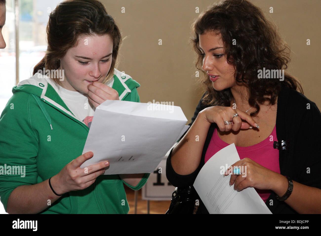 Die Studierenden erhalten ihre GSCE-Prüfungsergebnisse Stockbild