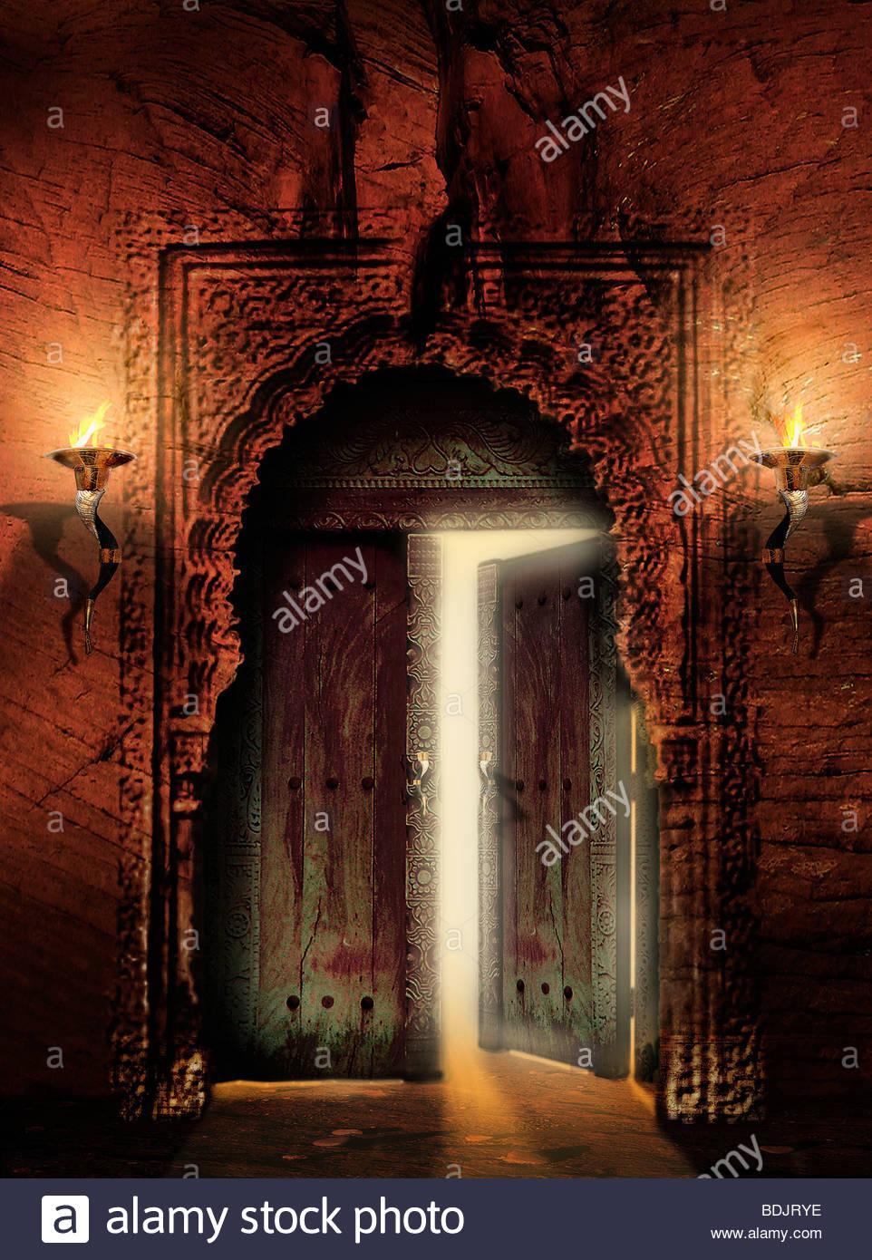 Verziert, alte Tür mit teilweise offener Tür Stockbild
