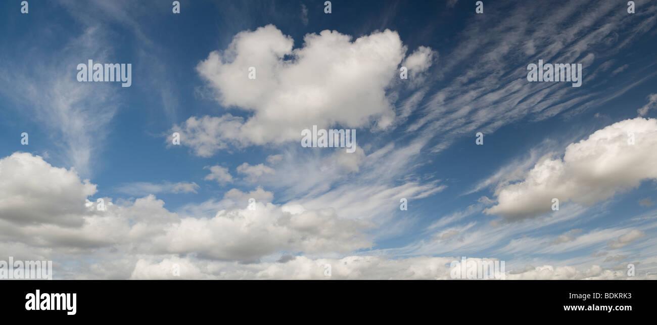 Altocumulus Undulatus und Cumulus-Wolken Stockbild