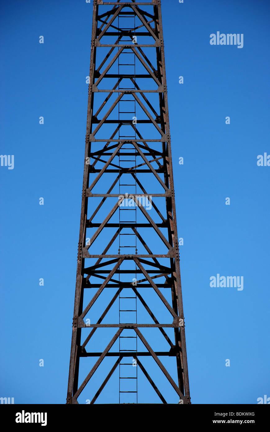 Metall, leichte Turm auf einem Pier am Ufer des Lake Michigan, Chicago, IL, USA Stockbild