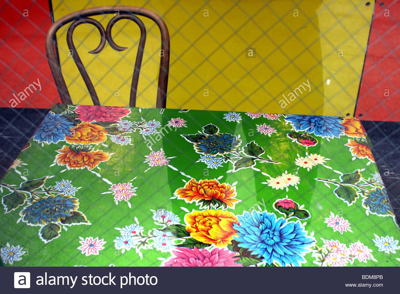 Stuhl, Tisch, Blumen, Tischdecke, gelb, orange Stockbild