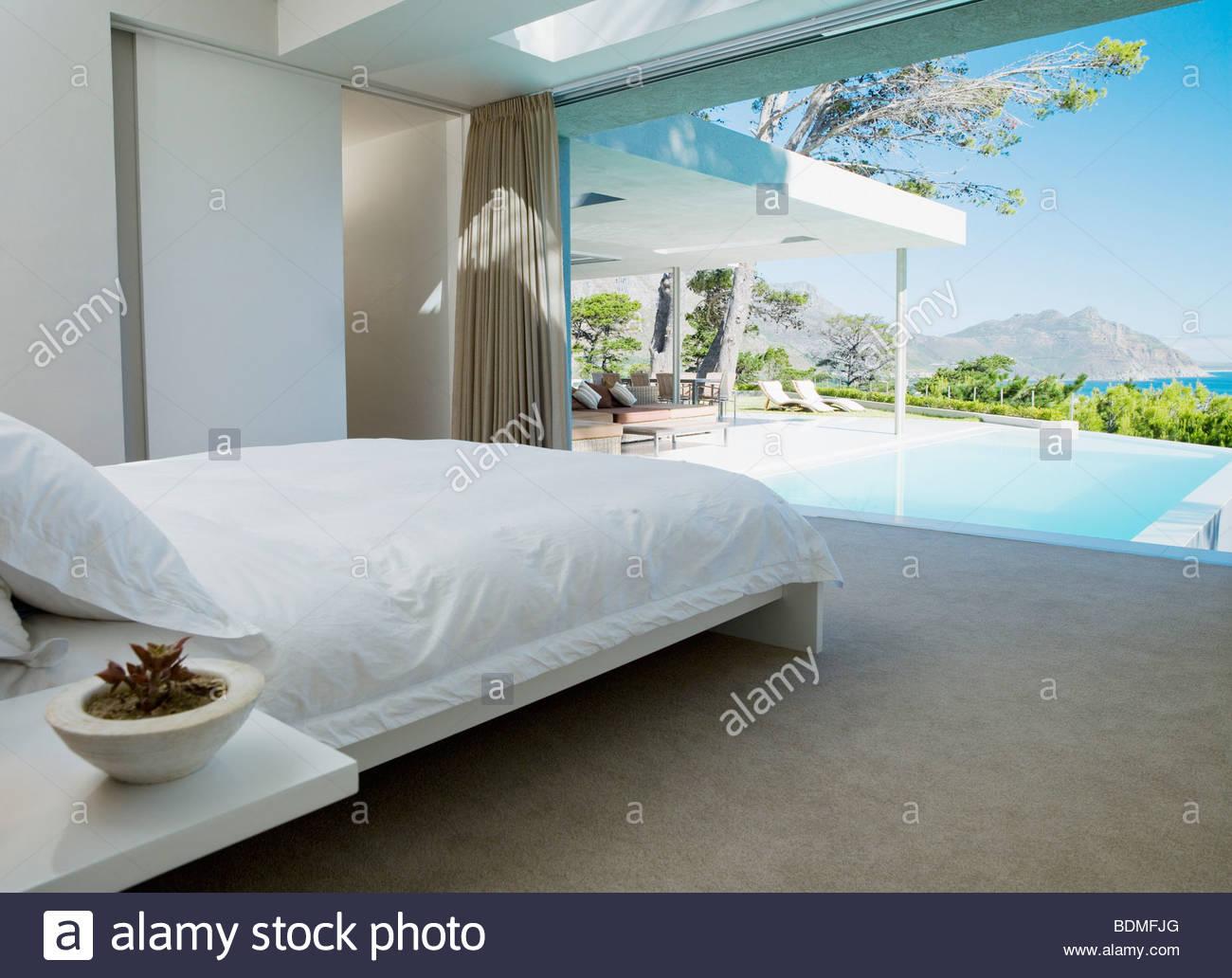 Schlafzimmer und Glas Wand in modernen Haus Stockfoto, Bild ...