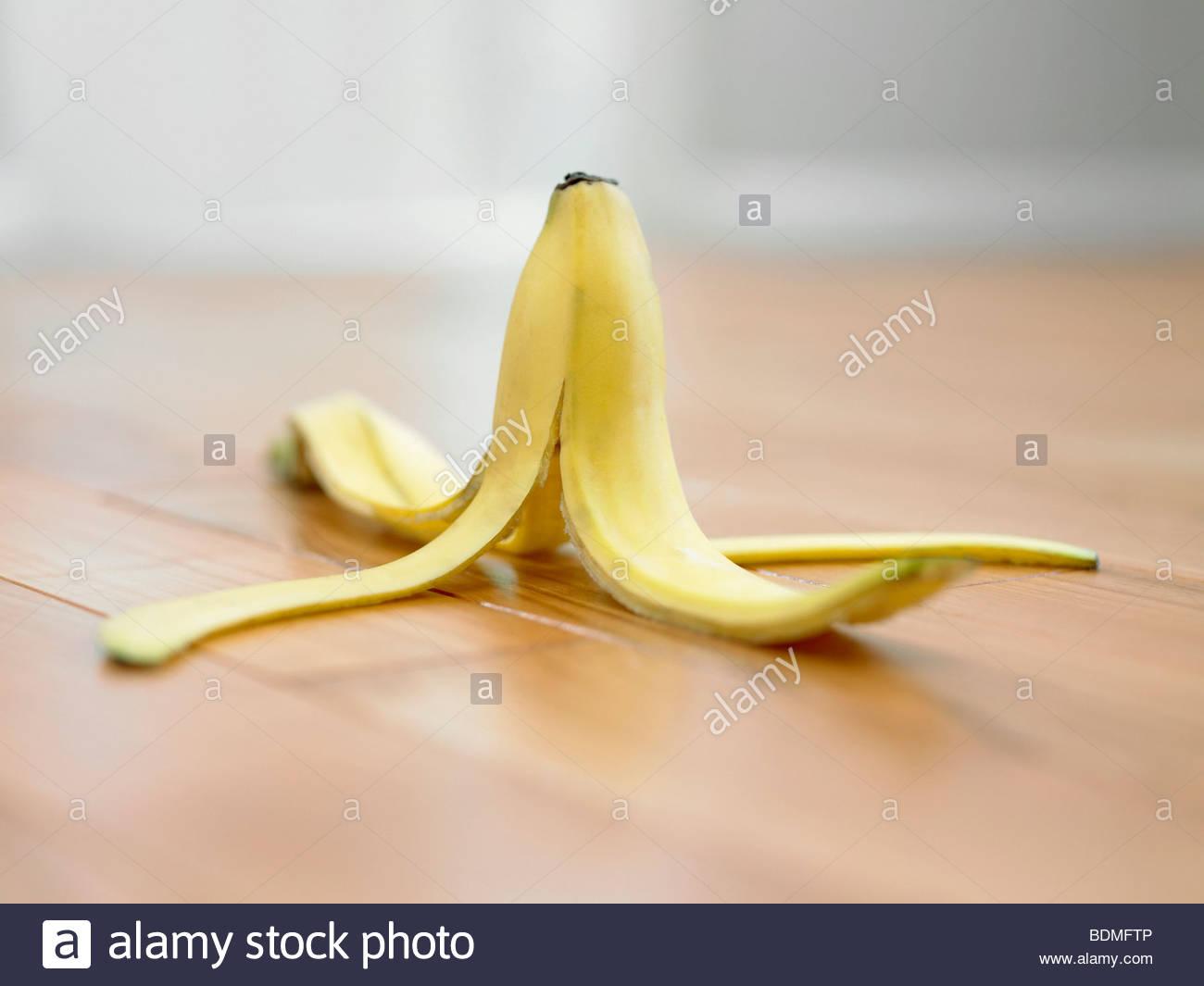 Bananenschale auf Holzboden Stockbild