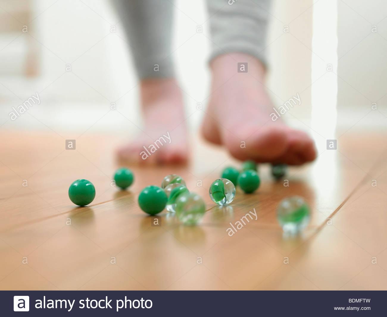 Kind über Rutschen auf die Kugeln auf dem Boden Stockbild