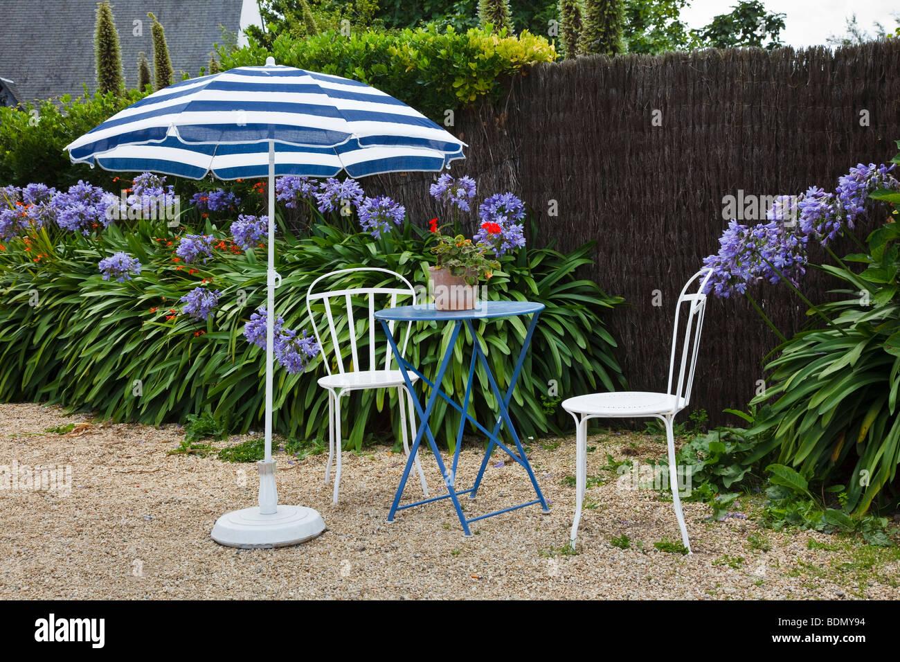 Tisch und Stühle im Garten von einem französischen Café auf der Ile ...