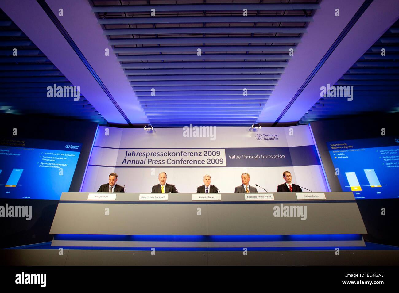 Philip Baum, Unternehmenssprecher, links, Hubertus von Baumbach, 2. von links, CFO, Andreas Barner, zentrieren, Stockbild