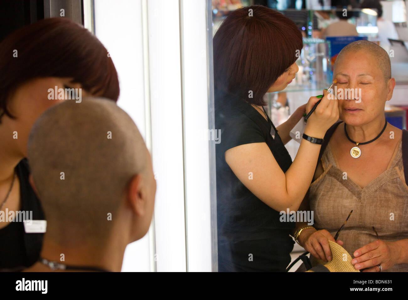 Auftragen von Make-up in einem Kosmetik-Abteilung in Seoul Südkorea Stockbild