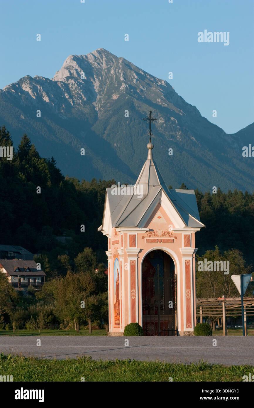 Eine aufwendige Bildstock in Spodnje Duplje, Slowenien, mit dem Hintergrund der Mount Storzic. Stockbild