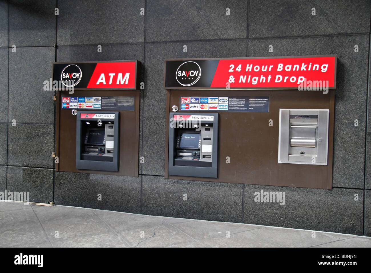 Automatische Kassentresore Bar Oder ATM Maschinen Ausserhalb Der Savoy Bank New York USA