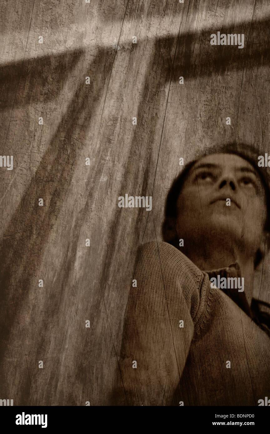 Nach oben auf eine Frau, steht versteckt in einem Hauseingang Stockbild