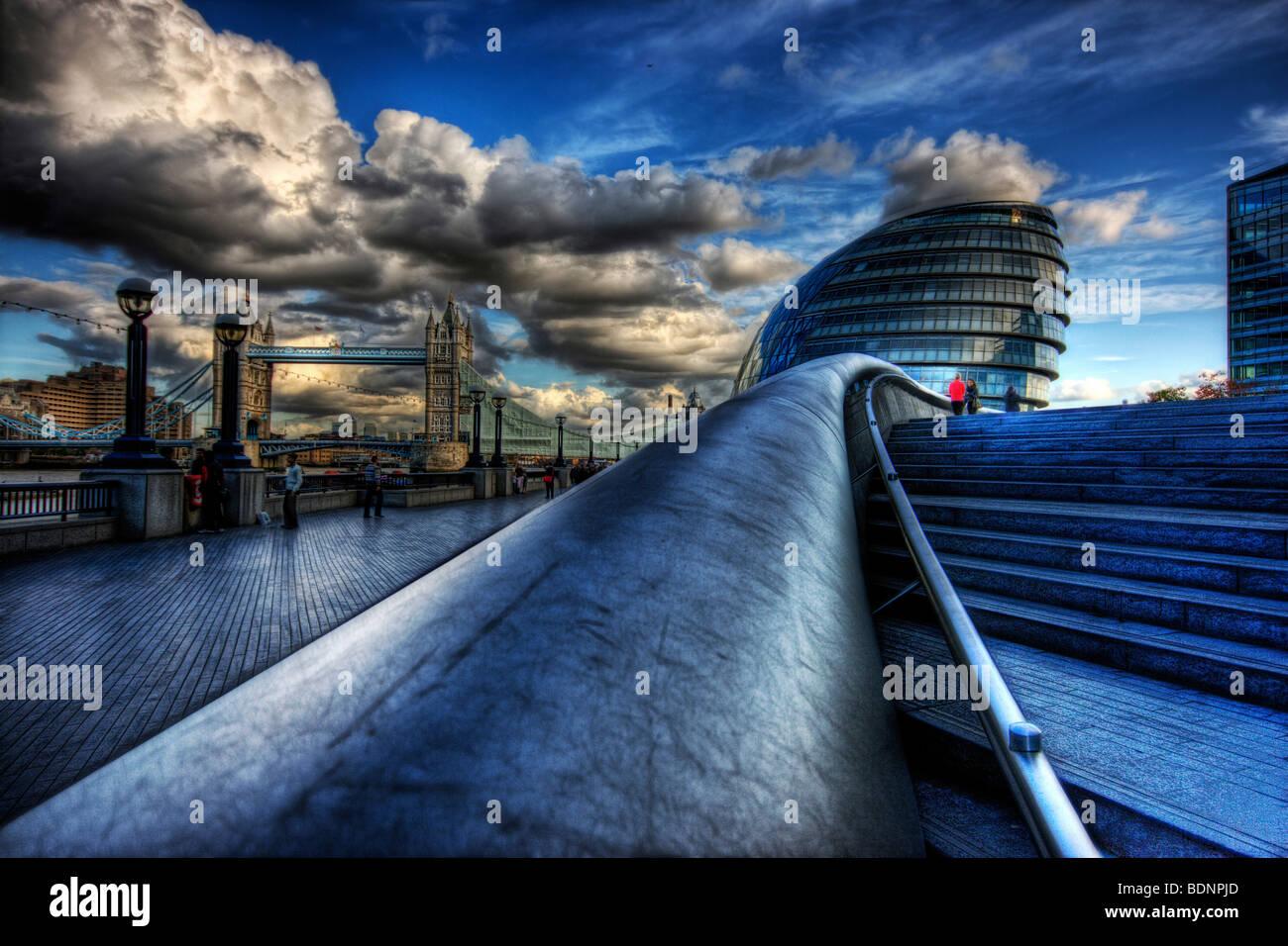 Themse am Flussufer Southbank in Southwark, London City Hall und Tower Bridge mit dramatischen blauen Wolkenhimmel Stockbild