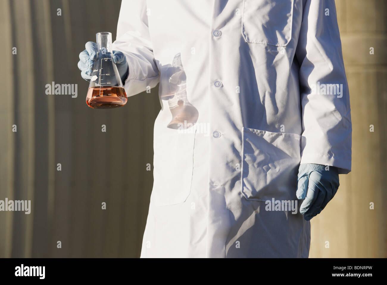 Wissenschaftler halten eine Flasche Wasserprobe Stockbild