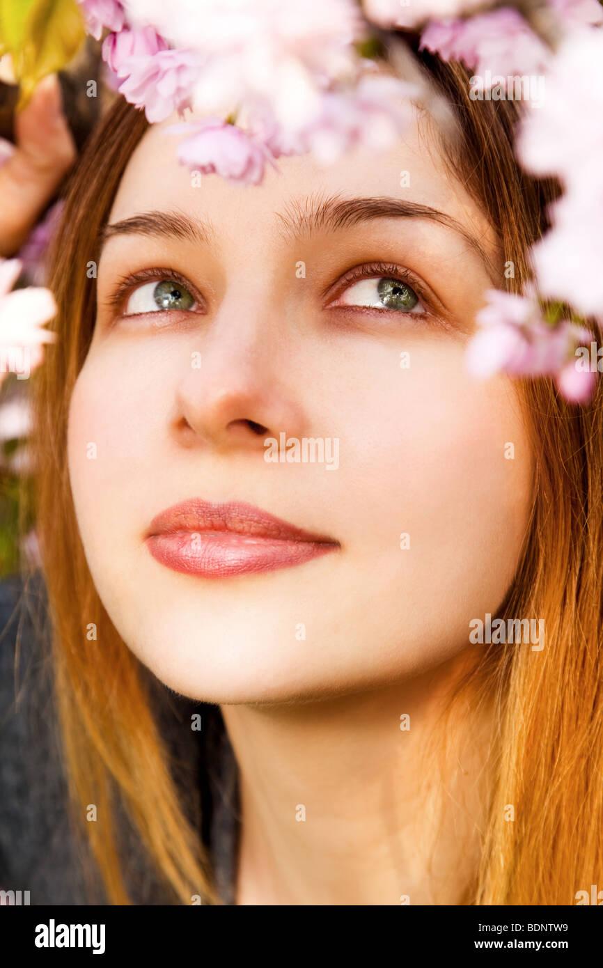 Aromatherapie-Konzept - schöne Frau, die Blumen riechen Stockbild