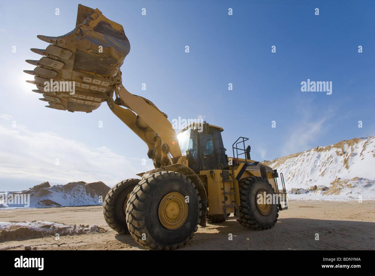 Niedrigen Winkel Blick auf einen Frontlader auf einer Baustelle Stockbild