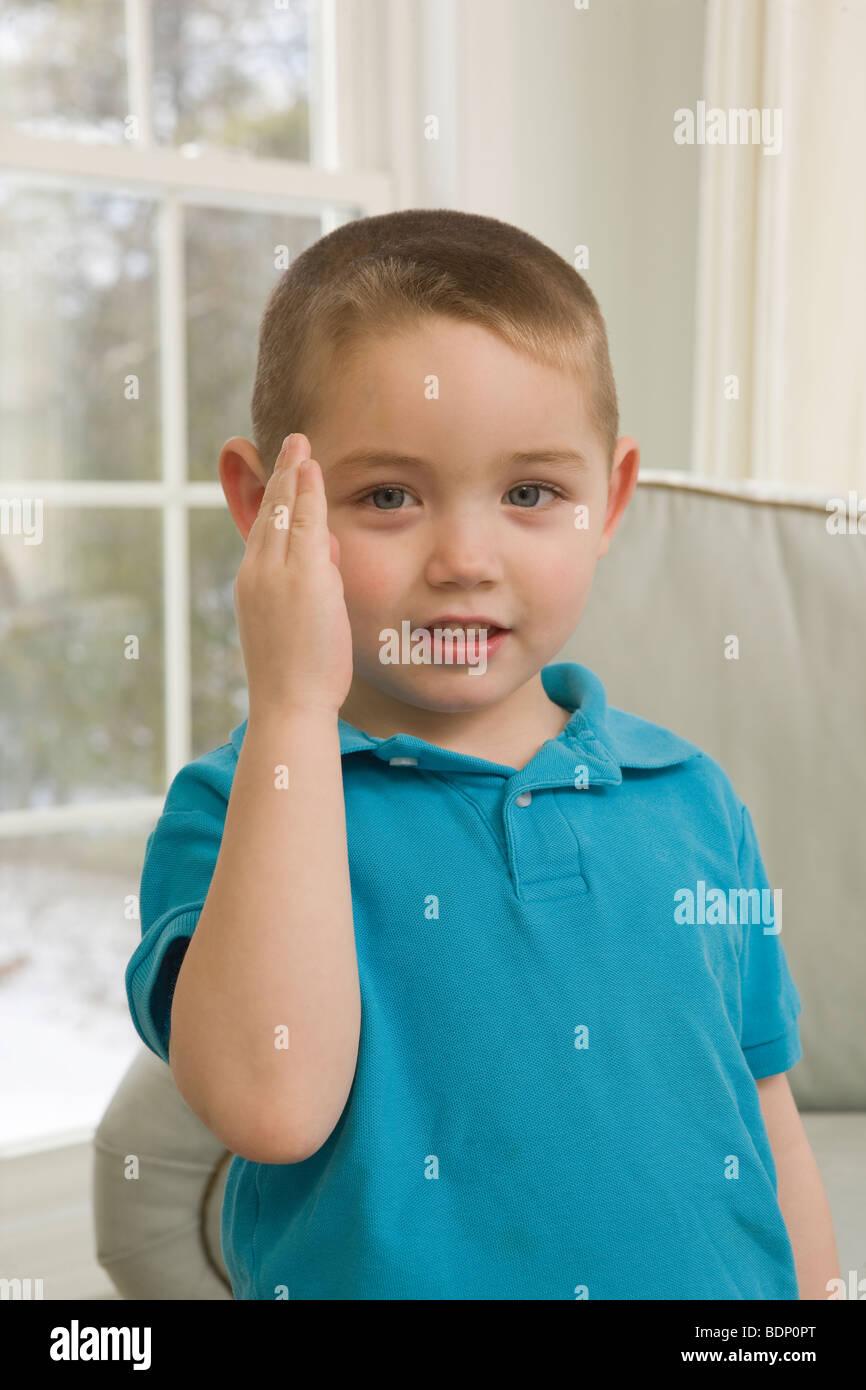 """Das Wort """"Blau"""" in amerikanischer Gebärdensprache Unterzeichnung junge Stockbild"""