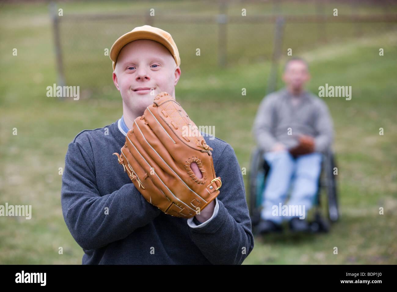 Mann trägt ein Baseballhandschuh Stockbild