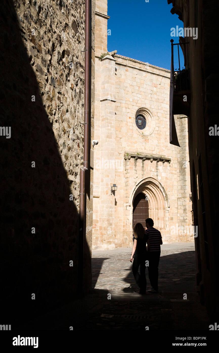 Die Kathedrale am Ende einer engen Straße, Caceres, Spanien Stockbild