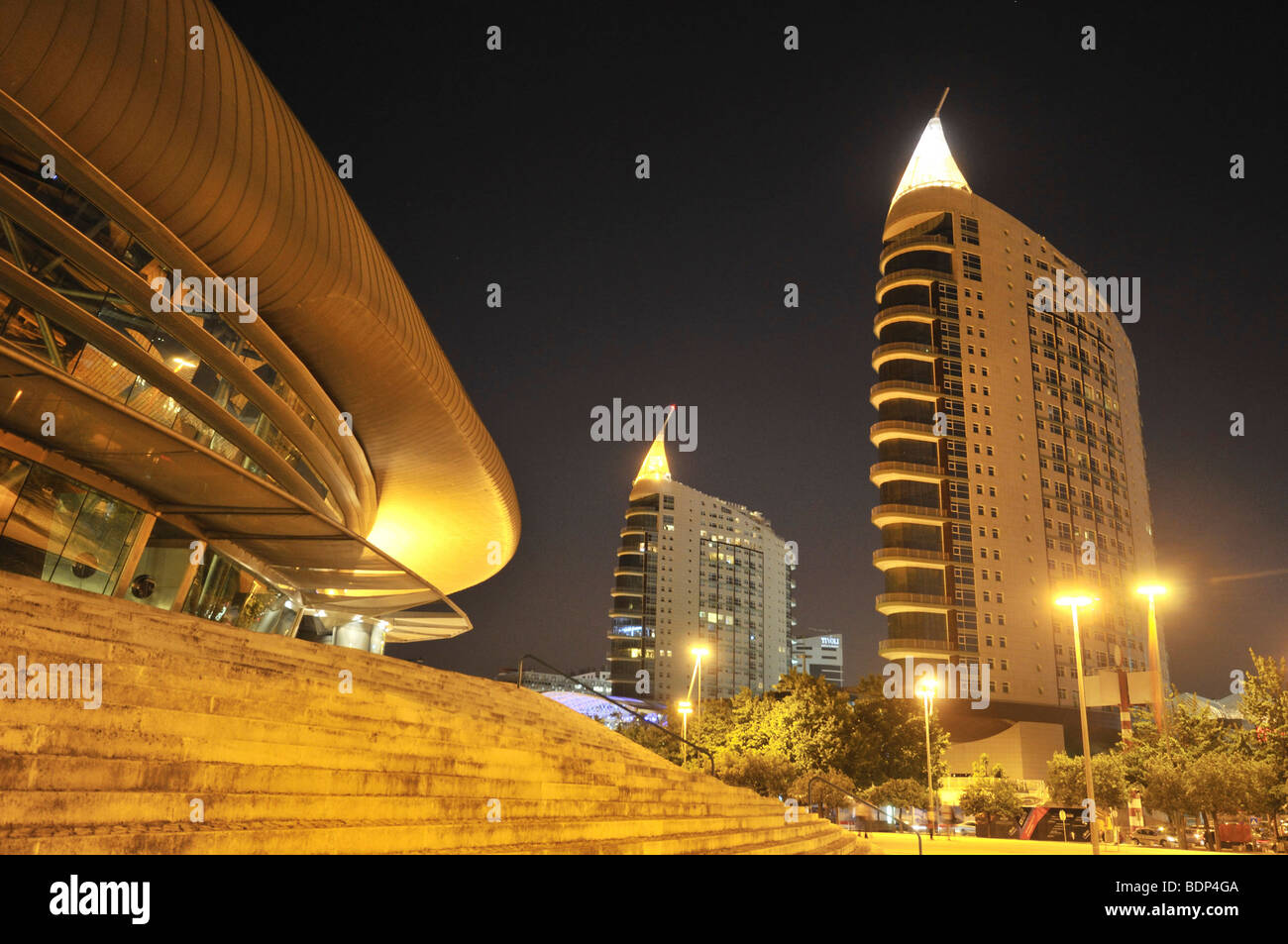 Moderne Architektur, Pavilhao Atlantico, links, und Wolkenkratzer Sao Gabriel und Sao Rafael, richtig, im Parque Stockbild