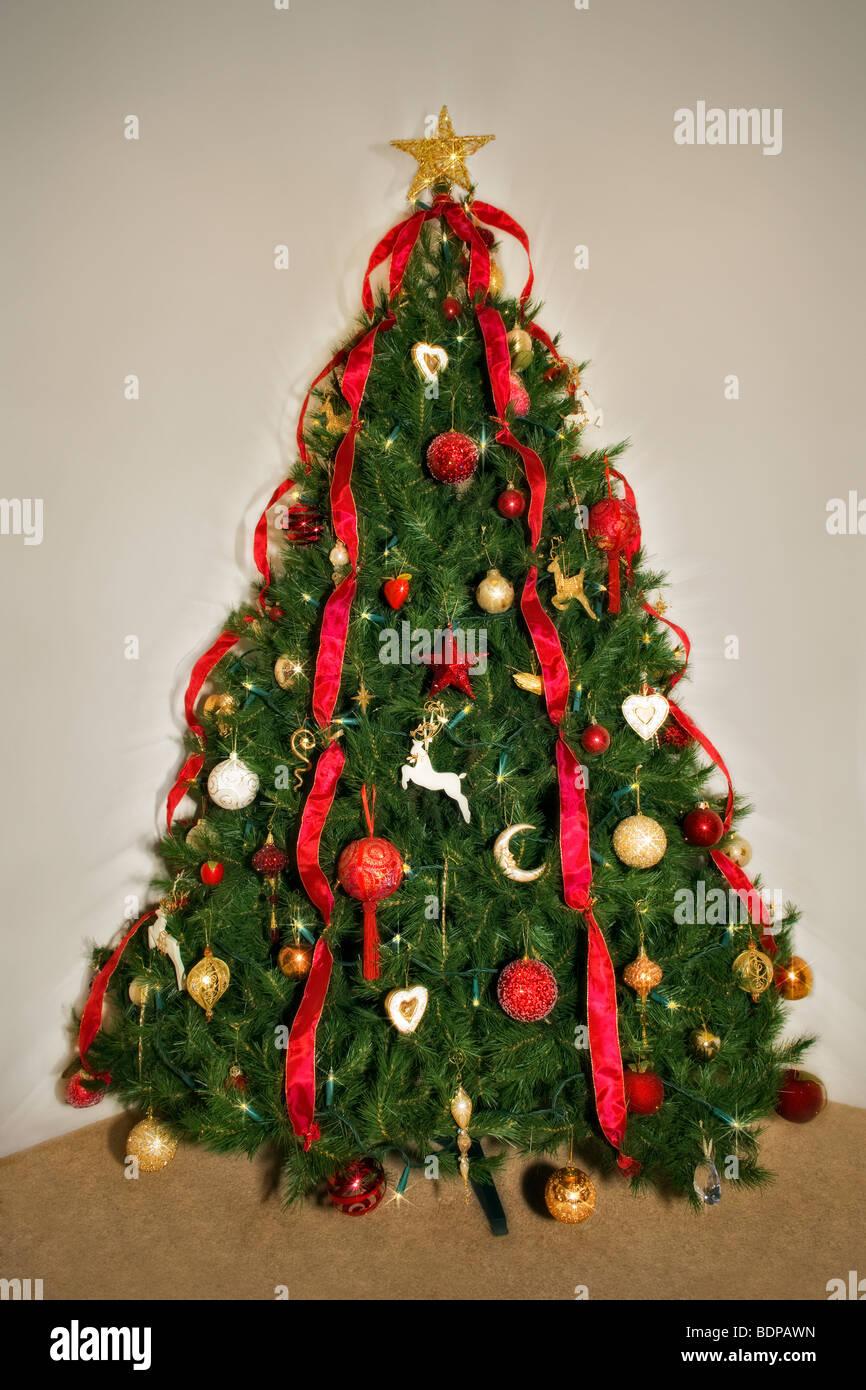 Traditionell dekorierten Weihnachtsbaum in rot und gold Design Stockfoto