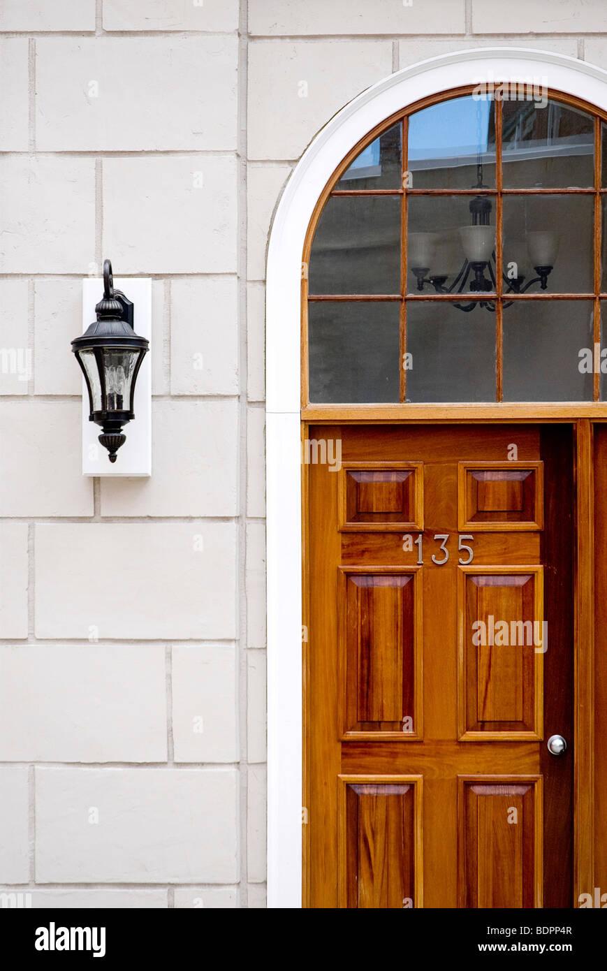 Brilliant Holztür Außen Dekoration Von Eine Verkleidete Holztür Mit Außen Wandleuchte