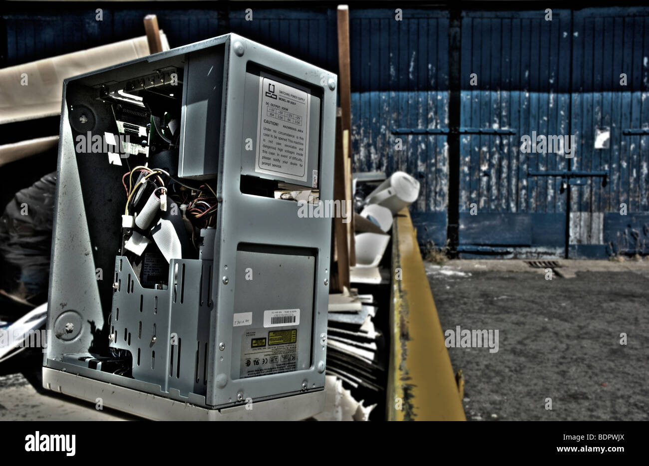 Defekten Computer in einen Müllcontainer Stockbild