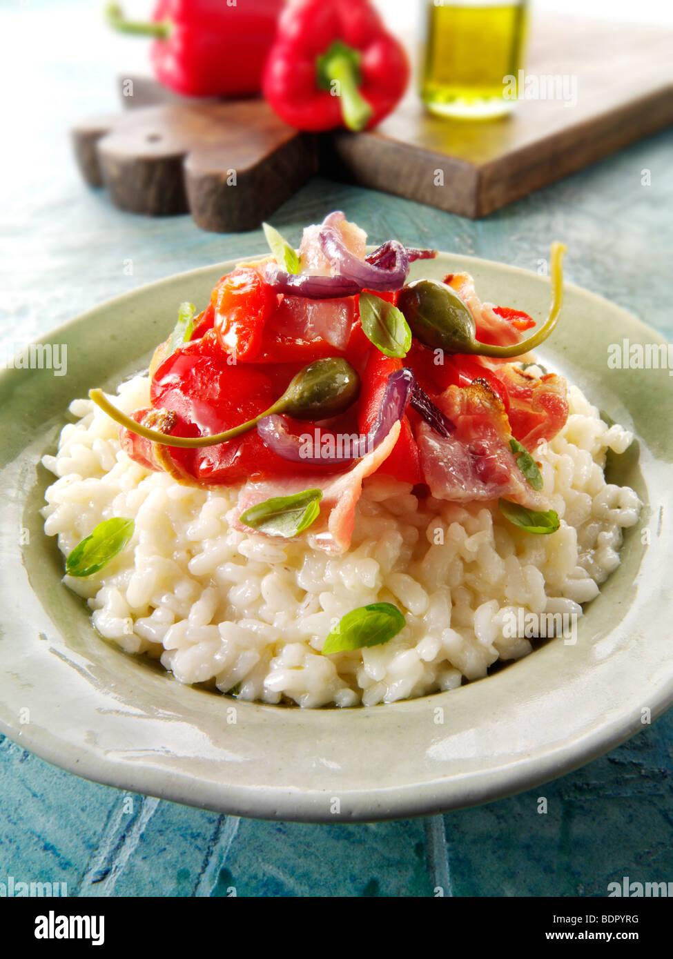 Klassische Risotto mit gebratenen Paprika, Gemüse und Speck Stockbild