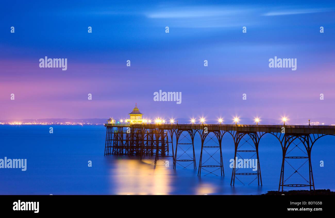 Clevedon Pier Beleuchtung in der Nacht, Somerset, England. Frühjahr 2009 (Mai) Stockbild