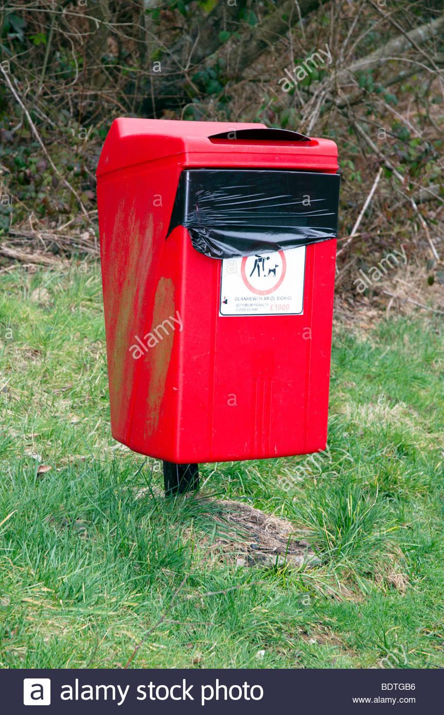 Ein Roter Hund Verschwenden Wurf Bin Kot Abfallbehälter Auf Eine