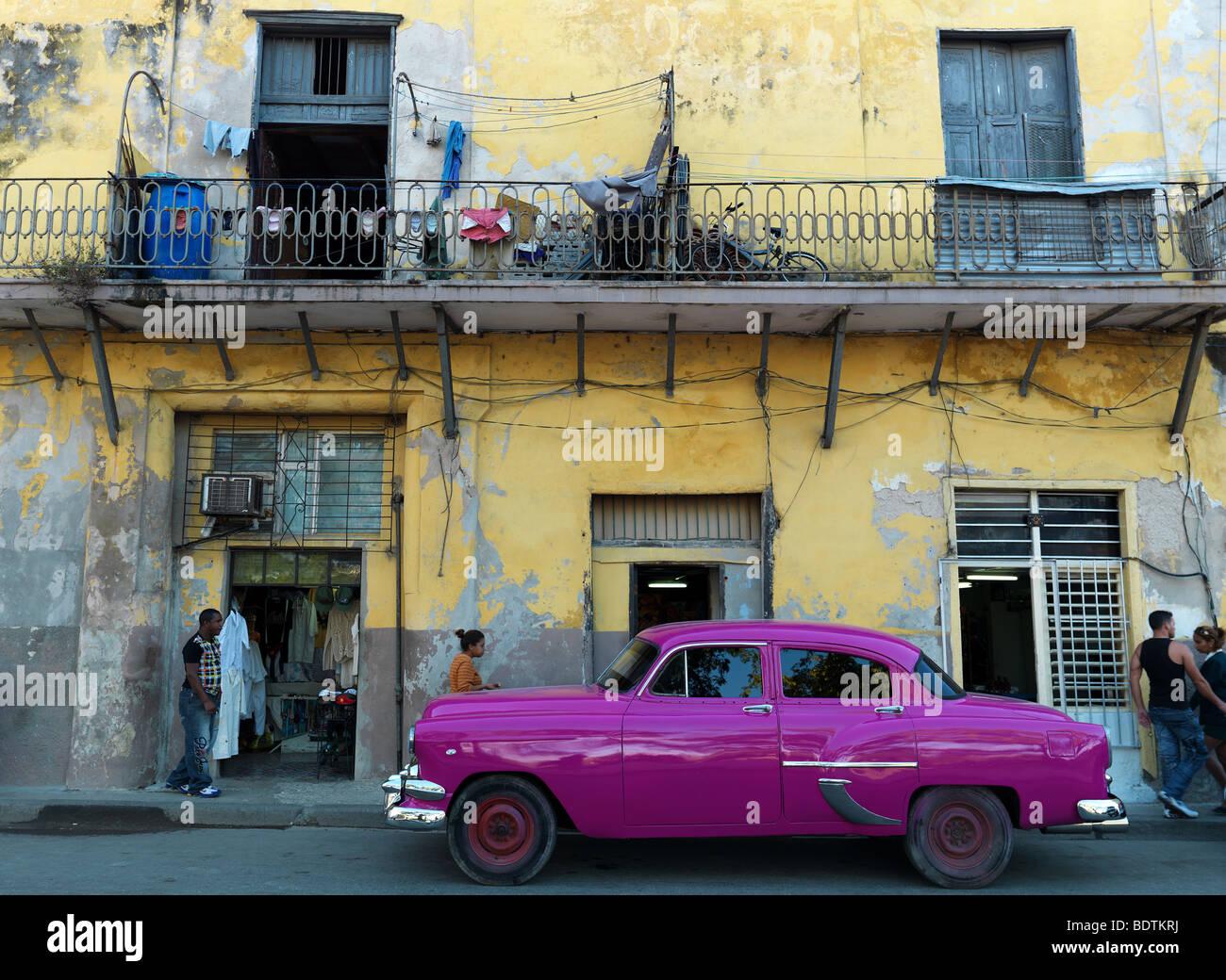 Eine historische Autos in den Straßen von Havanna, Kuba, mit seinen alten Häusern, gesehen am 21. Februar Stockbild