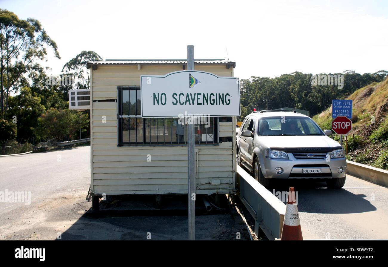 Ein Schild neben der Brückenwaage eine Müllkippe in Australien warnt die Menschen nicht zu spülen. Stockbild