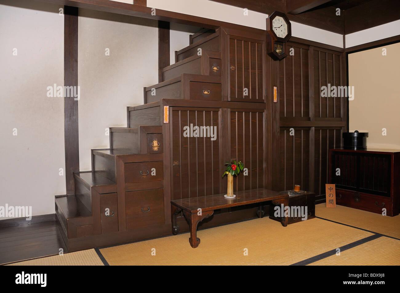 Typische Treppe Schrank in einer alten Handel Haus, jetzt ein Museum ...