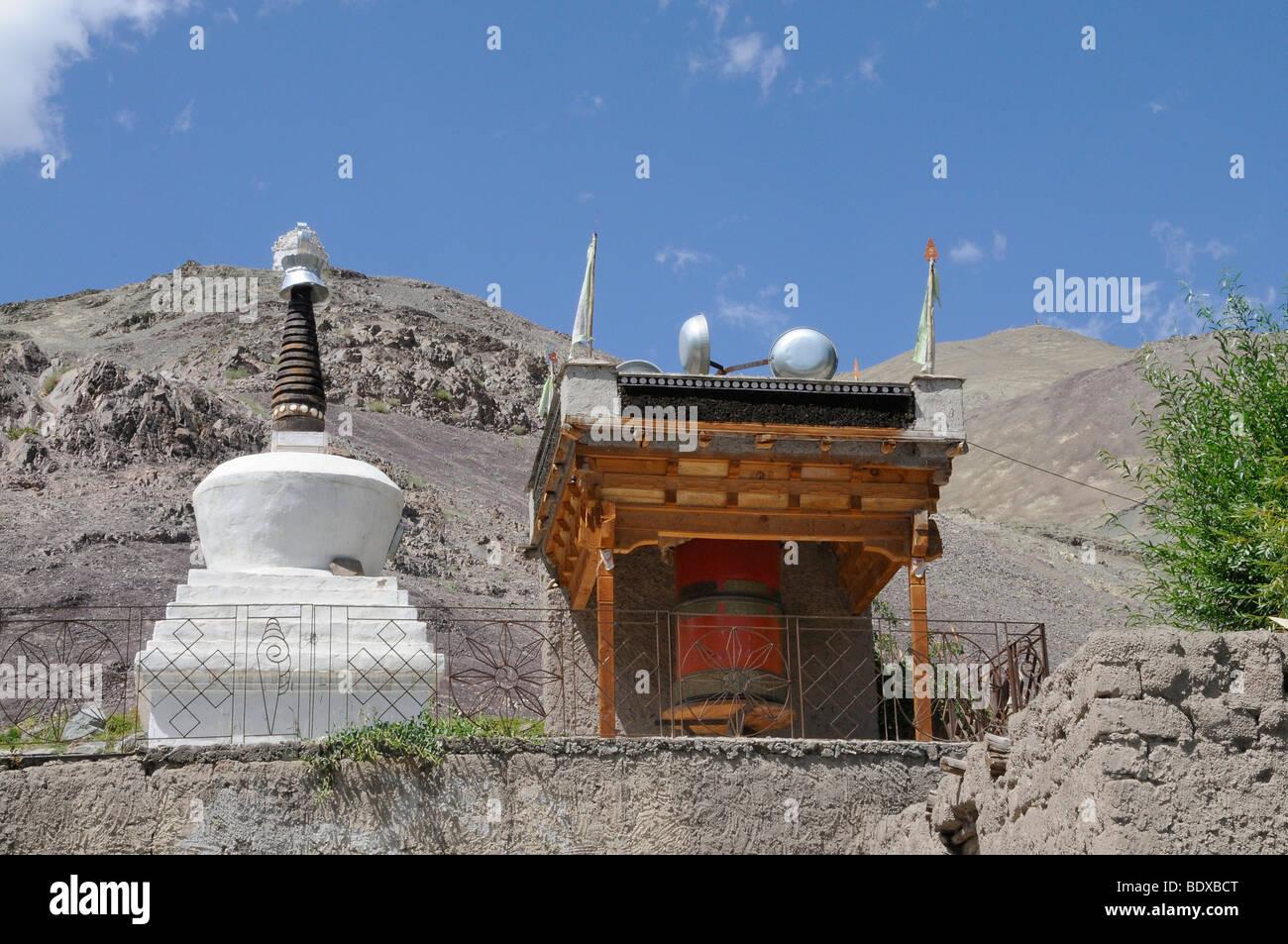 Windgetriebene Mani-Mühle mit Stupa in Stok, Ladakh, Nordindien, Indien, Himalaya, Asien Stockbild