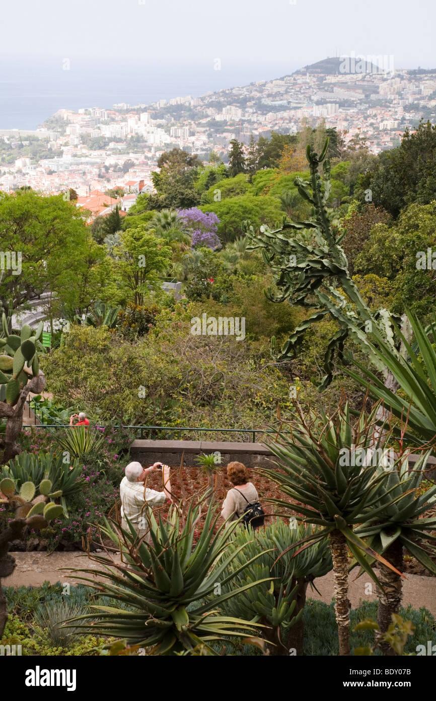 Ein älteres Ehepaar Anzeigen der Botanische Garten von Funchal auf Madeira. Die Stadt Funchal können in der Ferne Stockfoto