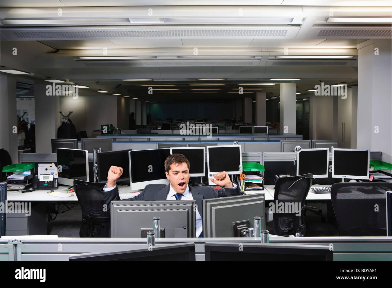 Ein Business-Mann, Überstunden, Gähnen Stockfoto