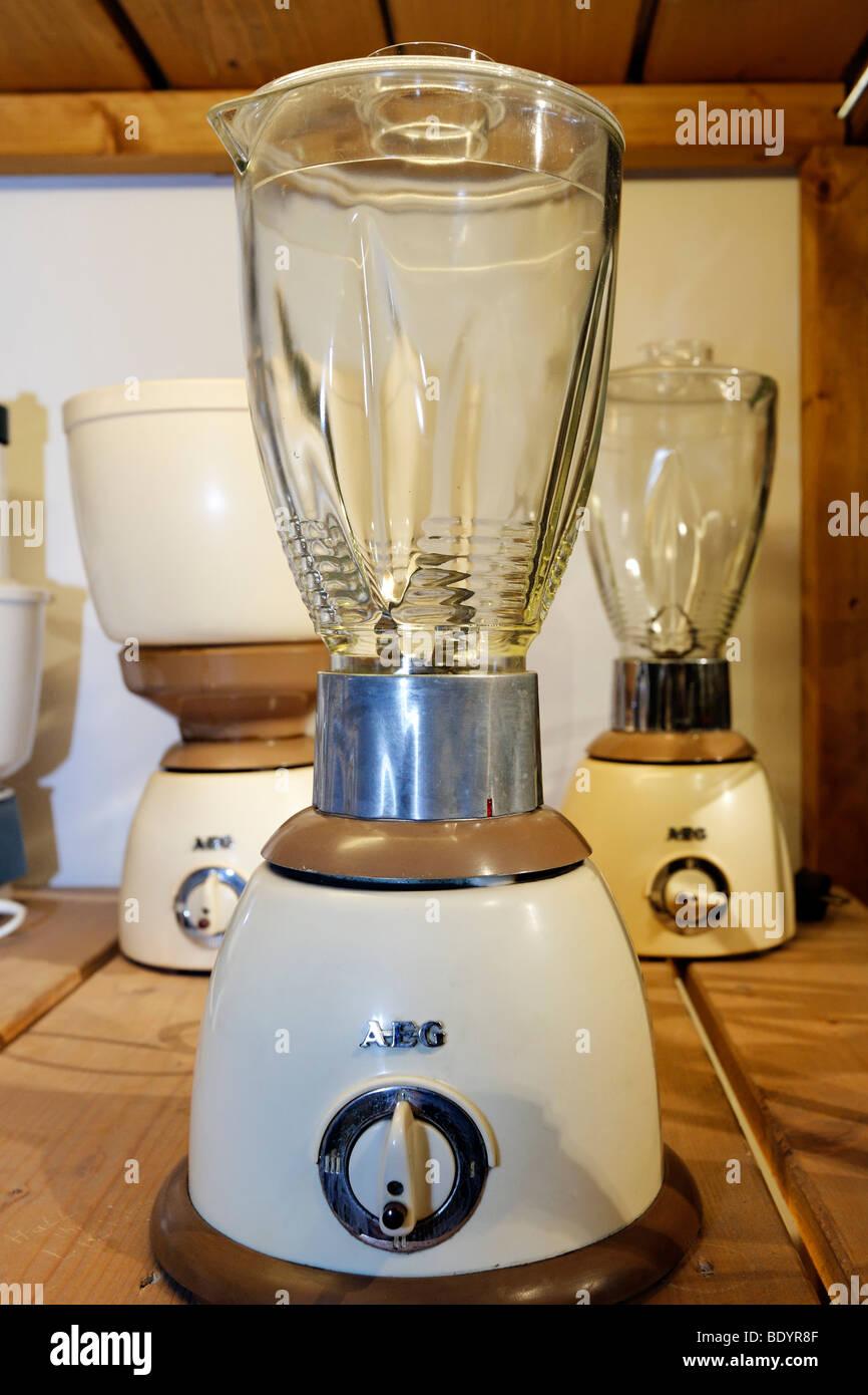 Elektrischer Küchenmixer aus den 50ern, Marke AEG, Kraft und Leben Museum, Umspannwerk Recklinghausen, Ruhrgebiet, Stockbild