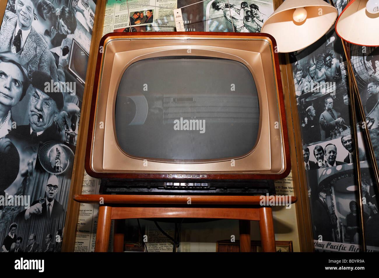 Schwarz / weiß-TV aus den 50er Jahren, Kraft und Leben Museum Umspannwerk Recklinghausen, Ruhrgebiet, Nordrhein Stockbild
