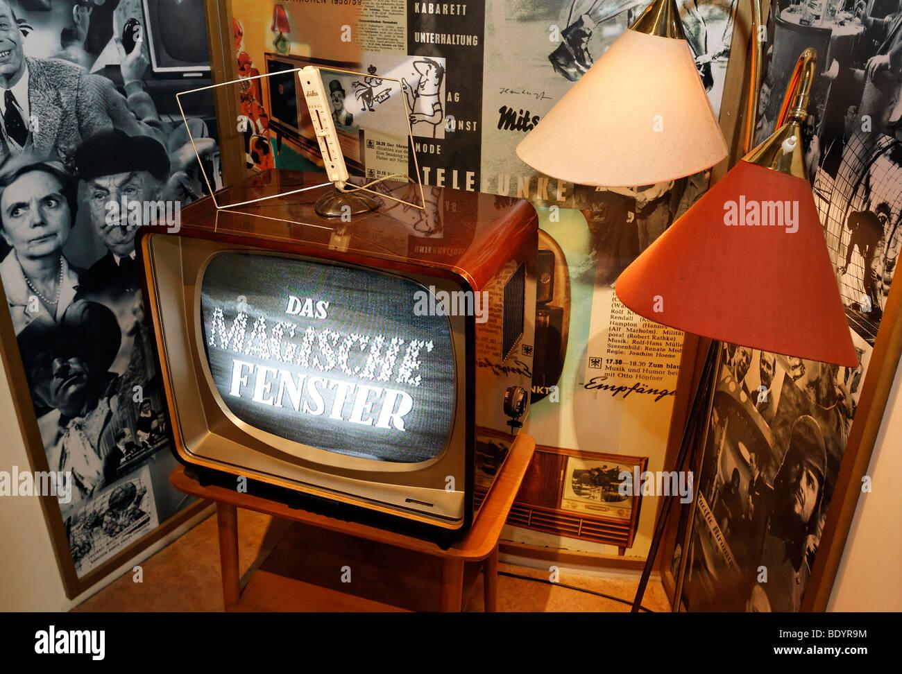 Schwarz / weiß-TV aus den 50er Jahren, auf einem Tisch, Kraft und Leben Museum Umspannwerk Recklinghausen, Stockbild