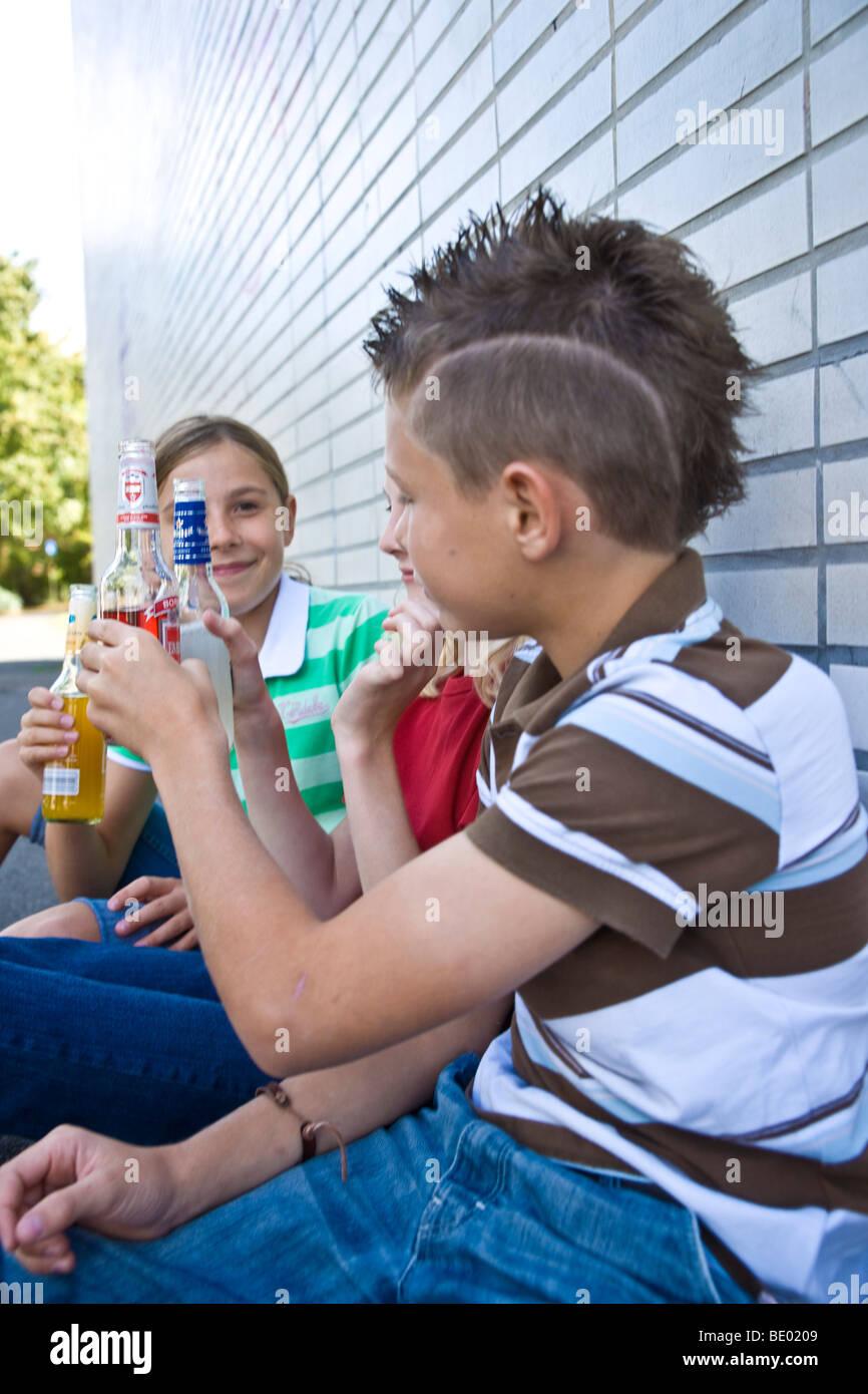 Zwei junge m dchen und ein junge sitzt auf dem schulhof for Nett babyzimmer madchen und junge