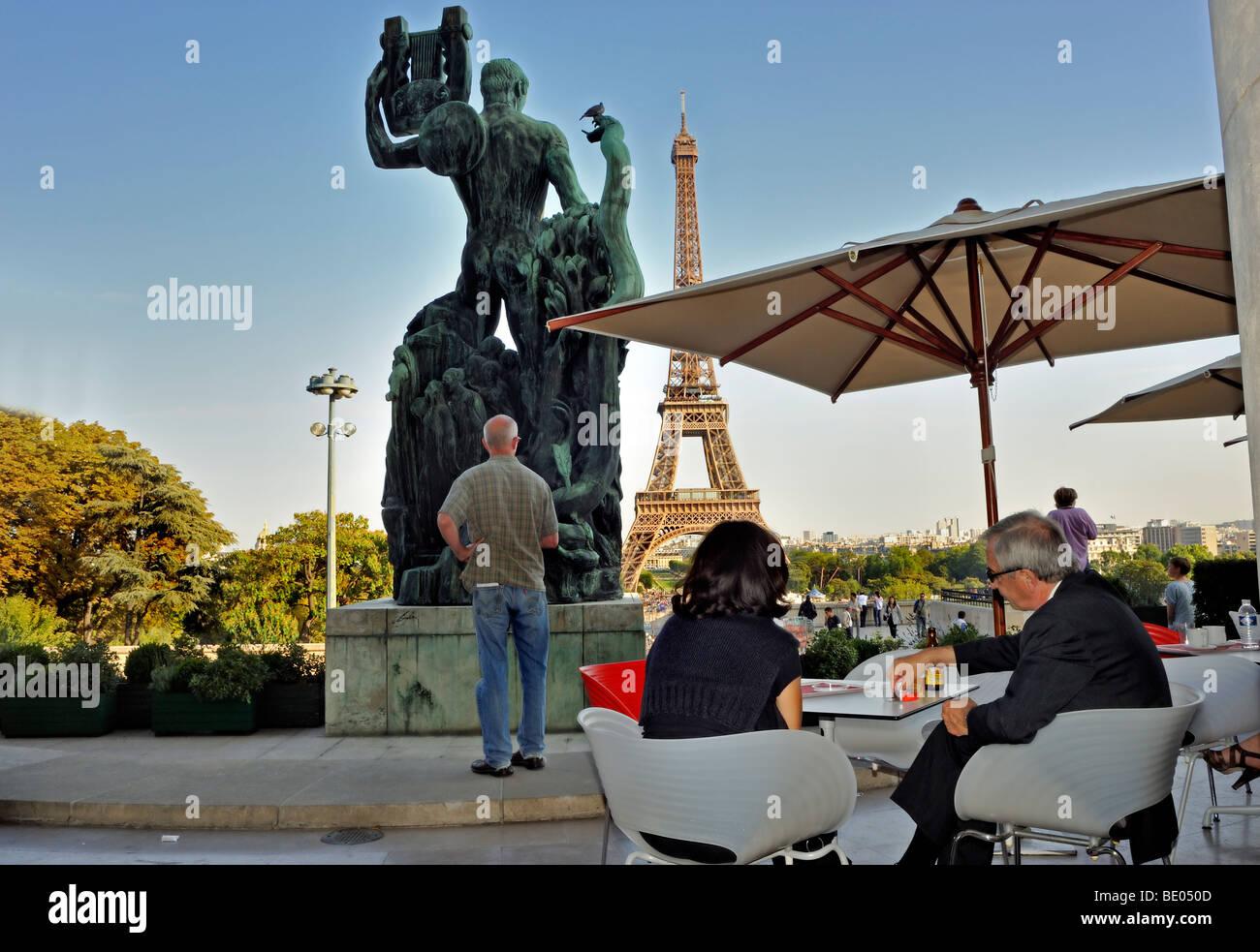 Paris, Frankreich, Paar teilen Getränke in französischer Sprache ...
