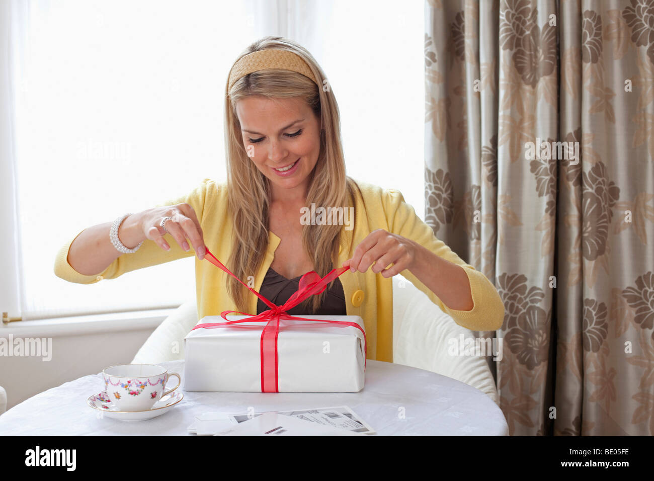 Hübsche Frau mit Geburtstagsgeschenk Stockbild
